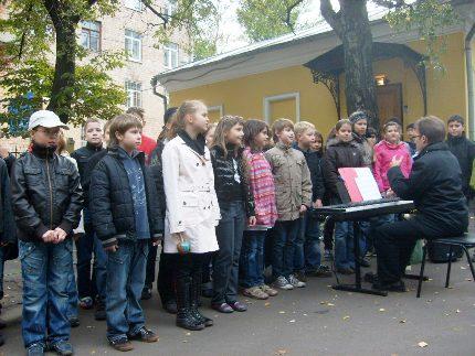 дети из немецкой школы на празднике, посвященном 100-летию открытия памятника доктору Федору Гаазу