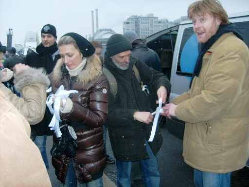 Активисты раздают белые ленточки с надписью «Я ставлю крест на воровской власти!»