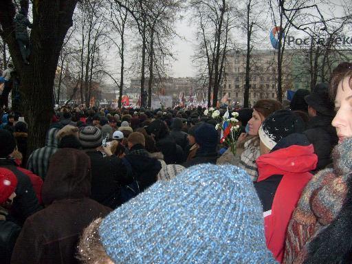 Протестующие против фальсификации выборов создали большое кольцо вокруг Болотной площади