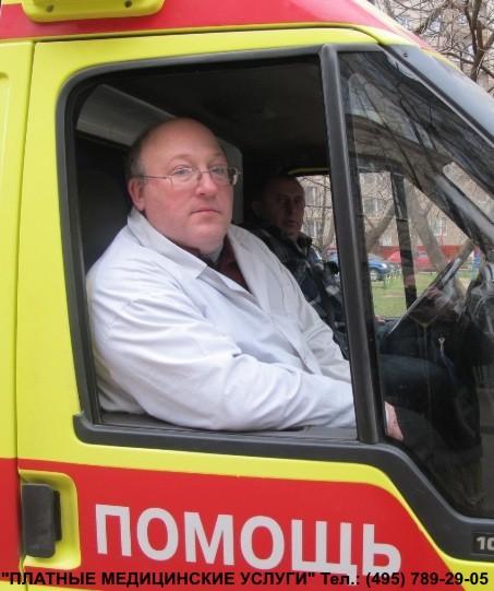 психиатр Михаил Васильев, врач платной скорой психиатрической помощи едет по вызову к больному