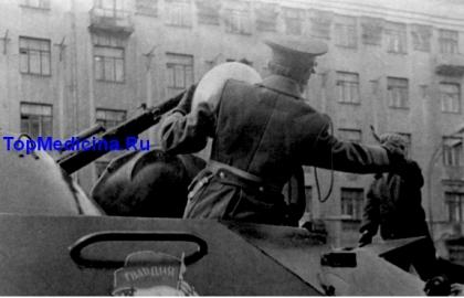 подросток забрался на бронемашину и подарил воздушный шарик советскому солдату. Москва, 1980 год, после военного парада на Красной площади
