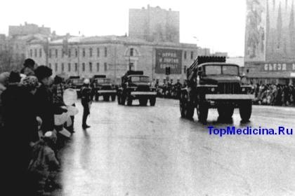колонна парадной военной техники движется по Садовому кольцу. Москва, 1980 год
